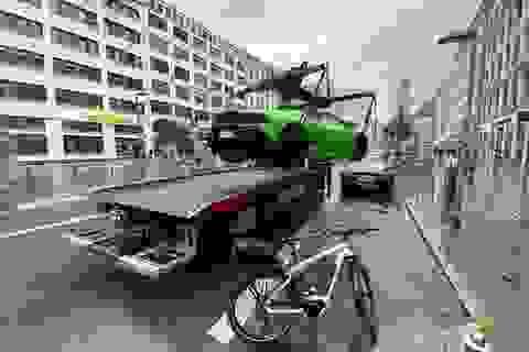 Siêu xe Lamborghini bị cẩu đi vì tranh chỗ đỗ của xe điện
