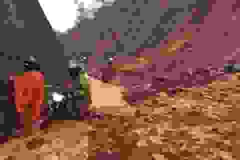 Mưa lớn làm đất đá sạt lở, gây ách tắc nhiều tuyến quốc lộ