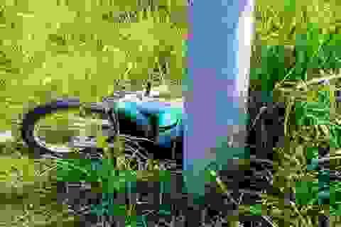 Nam công nhân chết thảm sau khi tông cột điện
