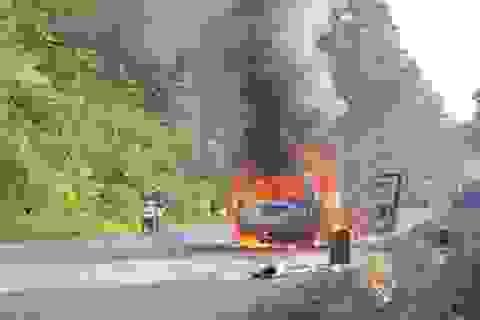 Ô tô cháy rụi khi đang chạy trên đường