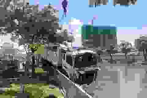 """Gần 6 giờ """"giải cứu"""" xe ben lao xuống kênh ở Sài Gòn"""