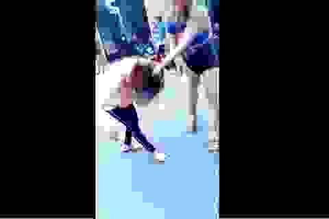 Dân mạng bức xúc clip cô gái trẻ bị túm tóc, đánh tới tấp giữa đường