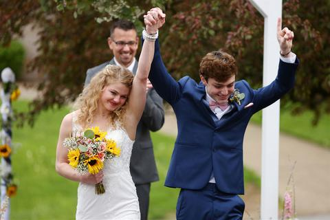 Câu chuyện cảm động đằng sau đám cưới cổ tích của hai học sinh trung học
