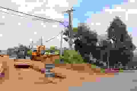 """Đắk Nông: Hàng loạt công trình """"treo"""" vì cột điện án ngữ giữa đường!"""