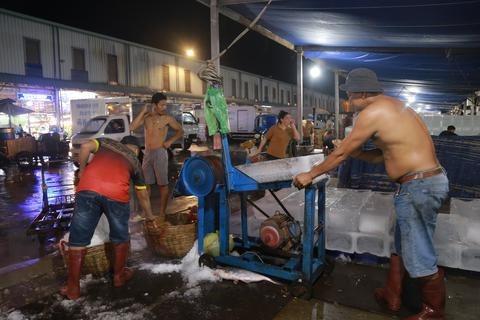 Công nhân vác đá xuyên đêm kiếm 20 triệu đồng mỗi tháng