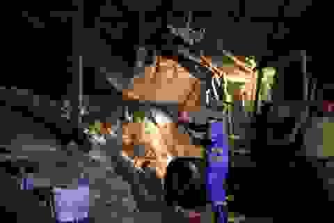 """Công nhân xuyên đêm xử lý lượng rác """"khủng"""" tồn đọng ở Hà Nội"""