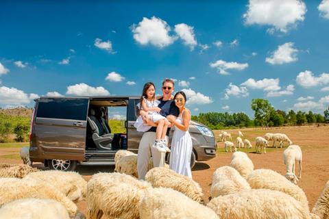 Gia đình ca sĩ Đoan Trang trải nghiệm MPV 7 chỗ Ford Tourneo