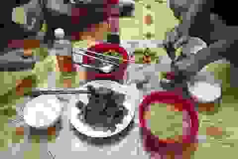 TPHCM: Bữa cơm không thịt của công nhân bị giảm lương vì Covid-19