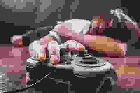 Cậu bé bị liệt tay vì chơi game quá nhiều trong khi ở nhà cách ly
