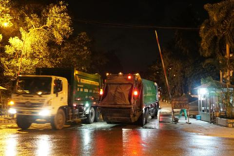 """Xe chở rác tấp nập chạy """"xuyên màn đêm"""" sau 4 ngày ùn ứ tại Hà Nội"""
