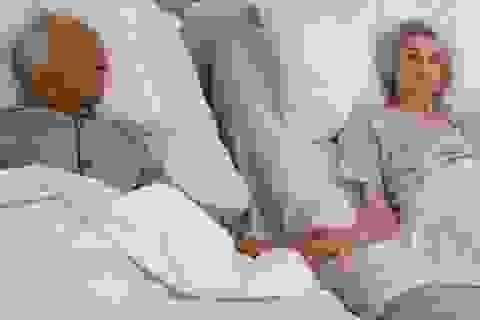 """Cảm động bức ảnh """"cái nắm tay lần cuối trên giường bệnh"""""""