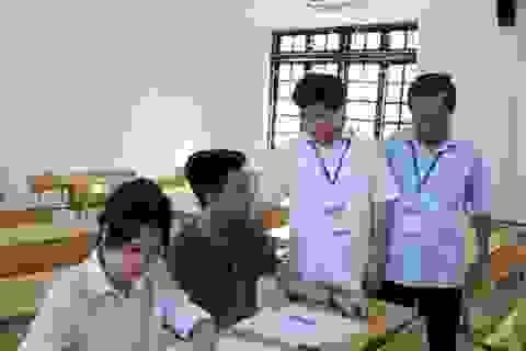 Hà Nội: Cử người chép bài giúp thí sinh gãy tay thi vào lớp 10