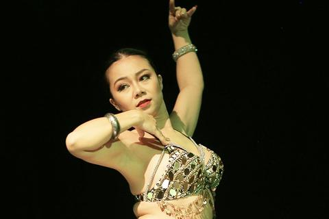 Ngắm đường cong quyến rũ của các vũ công bellydance