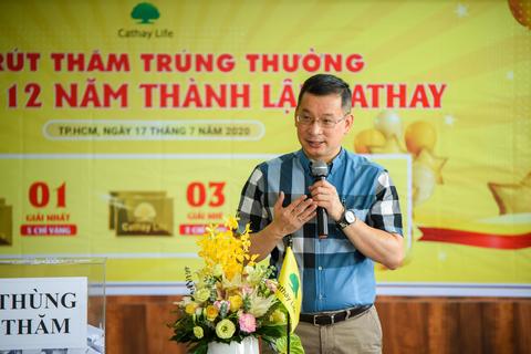 17 chỉ vàng SJC được trao cho khách hàng Cathay Life Việt Nam nhân kỷ niệm 12 năm ngày thành lập