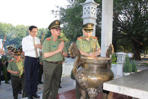 Bộ trưởng Công an viếng nghĩa trang liệt sĩ tại tỉnh Tây Ninh