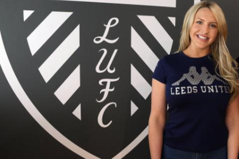 MC xinh đẹp của CLB Leeds United gây sốt với cổ động viên Anh