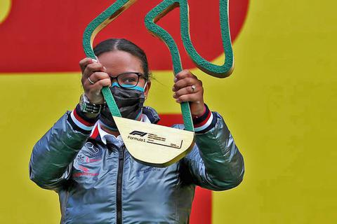 Người phụ nữ da đen đầu tiên lên podium mừng chiến thắng cùng nhà vô địch