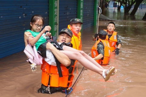 """Trung Quốc """"căng mình"""" ứng phó thảm họa lũ lụt"""