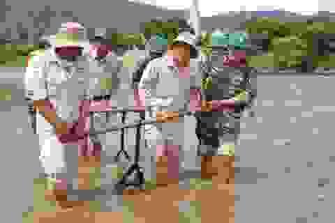 Quả bom nặng hơn 200 kg còn nguyên kíp nổ phát lộ trên sông Gianh