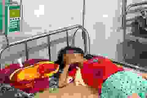 Mua nước ở cổng trường, bé gái 11 tuổi uống nhầm axit nguy kịch