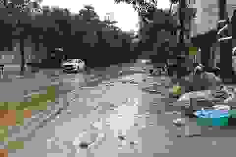 Nước tràn vào nhà cuốn trôi đồ đạc của dân ra đường