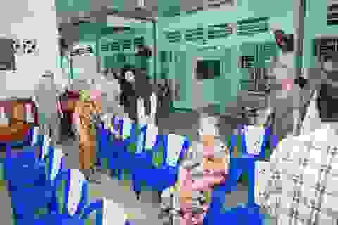 Dương Yến Nhung tặng gạo cho người già neo đơn