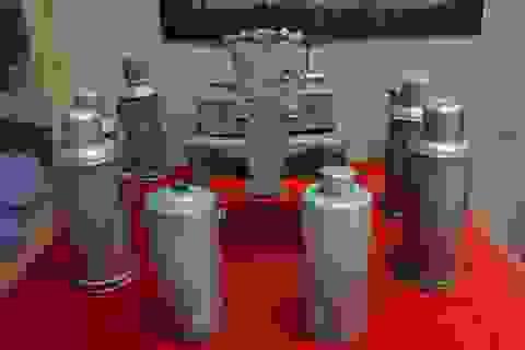 Ngắm những bình hoa, phích nước được bộ đội chế tác từ vũ khí của địch