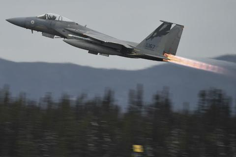 """Tiêm kích Mỹ bị """"tố"""" áp sát máy bay Iran khiến nhiều người bị thương"""