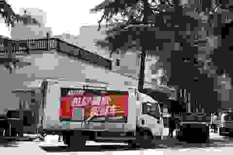 Nhân viên rời lãnh sự quán Mỹ ở Thành Đô trước giờ đóng cửa
