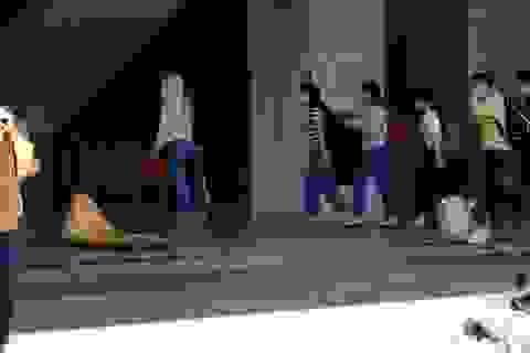 Nhân viên y tế vội vã trở về Bệnh viện Đà Nẵng cách ly