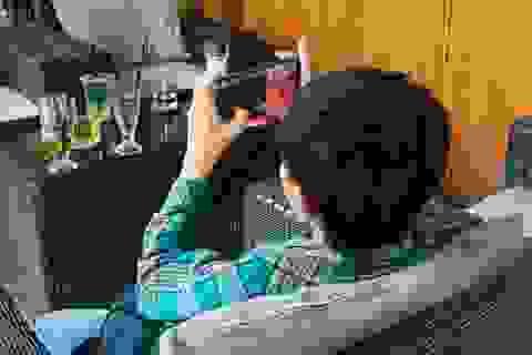 Giật mình trẻ ngồi trong nhà bóng nhưng bận... xài điện thoại, Ipad