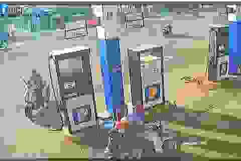 Người đàn ông nhặt cọc tiền nhân viên cây xăng đánh rơi rồi bỏ trốn