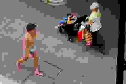 """Thanh niên """"thần thái xuống phố"""" với quần lót chế từ... khẩu trang gây sốc"""