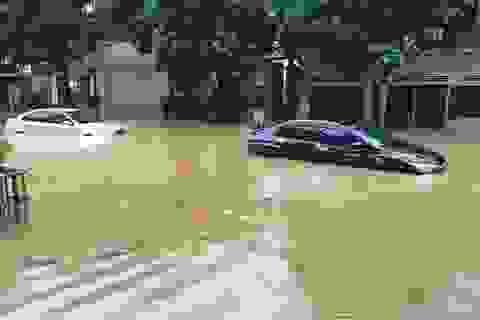 Nước dâng cao ngang thân ô tô sau trận mưa lớn