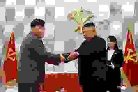 Ông Kim Jong-un tặng súng đặc biệt cho quân nhân Triều Tiên