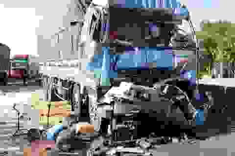 Tông vào xe tải đang chờ đèn đỏ, 2 người thương vong