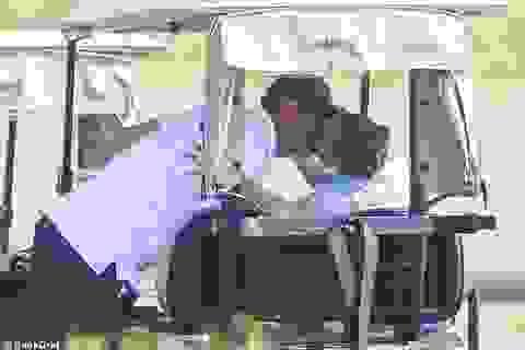 Jennifer Lopez tình tứ hôn bồ trẻ khi đi chơi golf