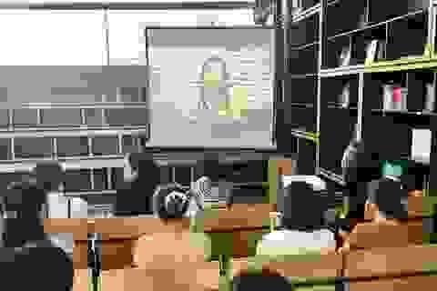 Dịch Covid-19, nữ giảng viên ở Đà Nẵng ra mắt sách... qua màn hình