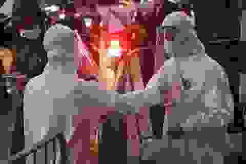 Phun khử khuẩn nơi có trường hợp nghi mắc Covid-19 trên phố Hoàng Hoa Thám