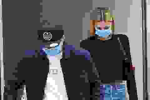 Brooklyn Beckham và con gái tỷ phú đeo khẩu trang đi mua sắm
