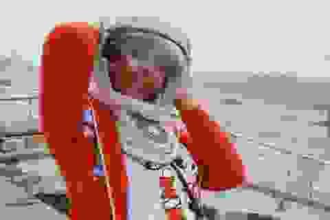 Mắc bệnh lạ, cô gái 26 năm ròng phải đội mũ bảo hiểm không gian
