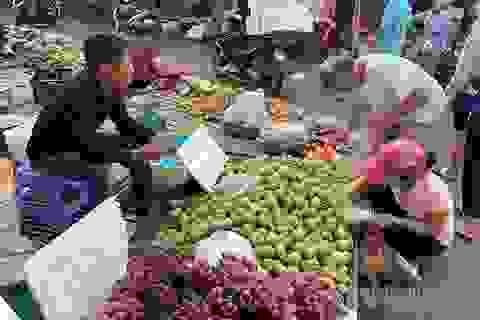 Đi 5 km quả nho đắt gấp 4, từ chuồng ra chợ gà tăng giá 3 lần