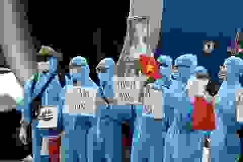 """Xúc động hình ảnh người Việt được """"giải cứu"""" giơ cao ảnh Bác Hồ, cờ Tổ quốc"""