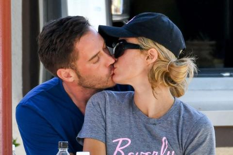 Paris Hilton khen bạn trai mới hết lời