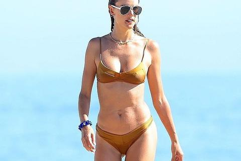 Alessandra Ambrosio diện bikini khoe dáng săn chắc