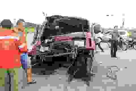 """Xe tải """"rơi đầu"""" sau va chạm với xe khách, 4 người nhập viện"""