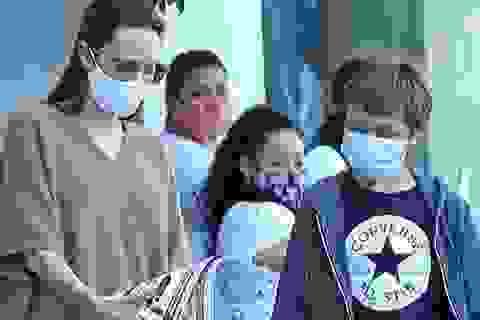 Angelina Jolie đeo khẩu trang đưa con ra phố