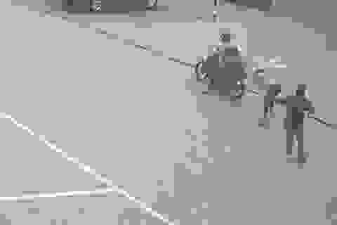 Hai tên cướp dùng dao, bình hơi cay tấn công người truy đuổi