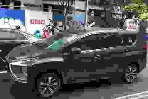 Hà Nội: Thanh sắt dài 2m rơi từ cao xuống, chọc xuyên nóc ô tô trên phố