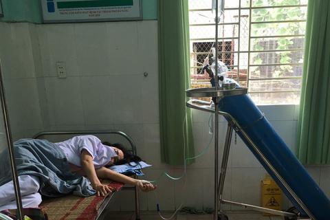 Chống dịch Covid-19, nữ nhân viên y tế Đà Nẵng ngất xỉu vì quá sức